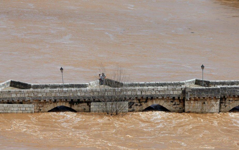 La rivière Pisuerga sort de son lit à Simancas en Espagne. | 5 avril 2013