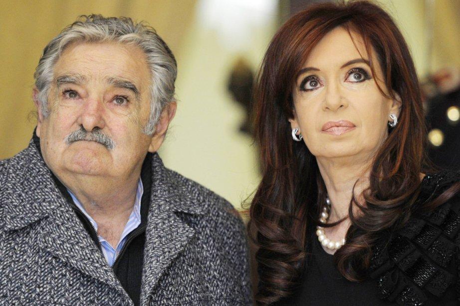 Le président de l'Uruguay José Mujica (à gauche)... (PHOTO JUAN MABROMATA, ARCHIVES AFP)