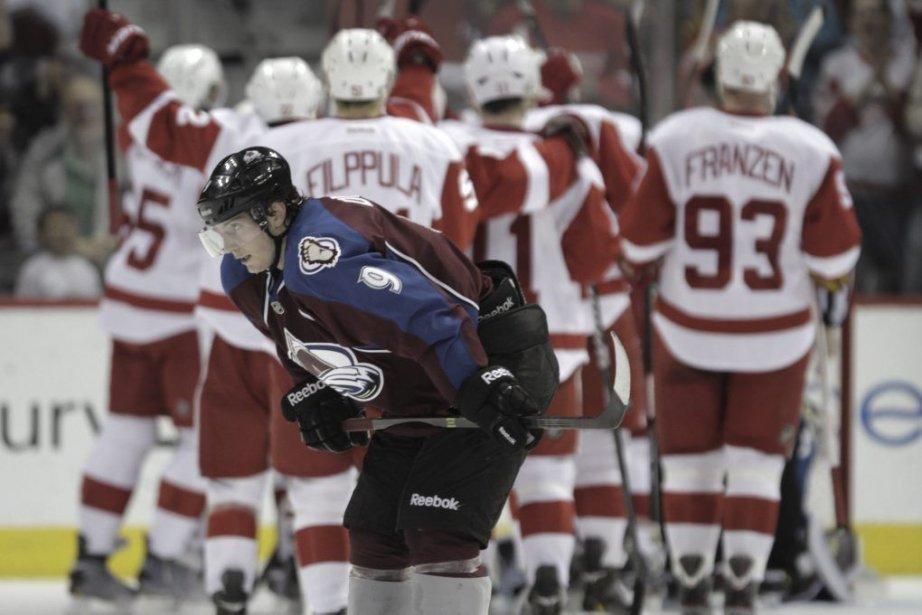 Matt Duchene (9) voit les joueurs des Red... (PHOTO JOE MAHONEY, AP)