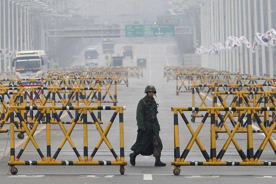 Un soldat marche sur le pont de l'unification... (PHOTO AHN YOUNG-JOON, AP)