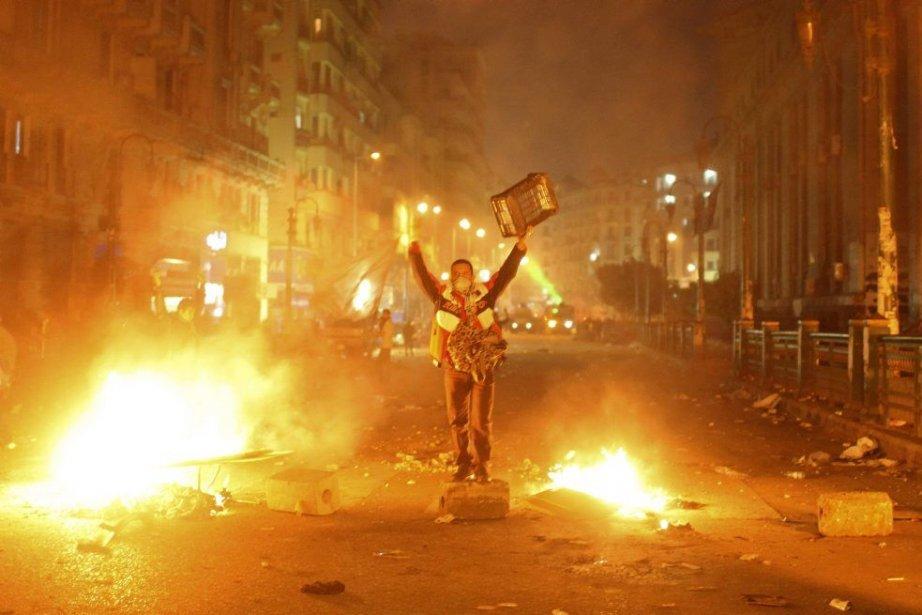 Un protestataire défie les policiers dans les rues... (PHOTO ASMAA WAGUIH, REUTERS)