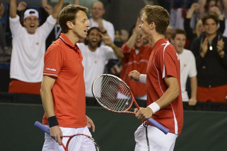 Daniel Nestor et Vasek Pospisil célébrant leur victoire... (Photo Don MacKinnon, AFP)