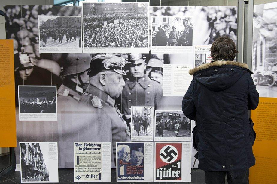 Un visiteur parcourt une exposition sur la montée... (Photo: archives AFP)