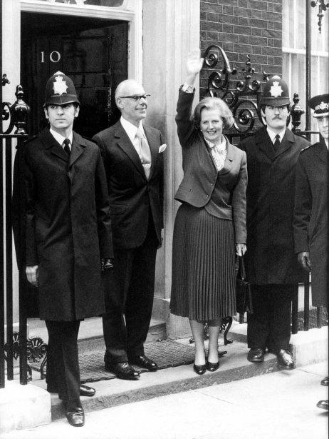 Margaret Thatcher et son époux Dennis (à sa gauche) arrivent au 10 Downing Street suite à son élection en 1979 | 8 avril 2013