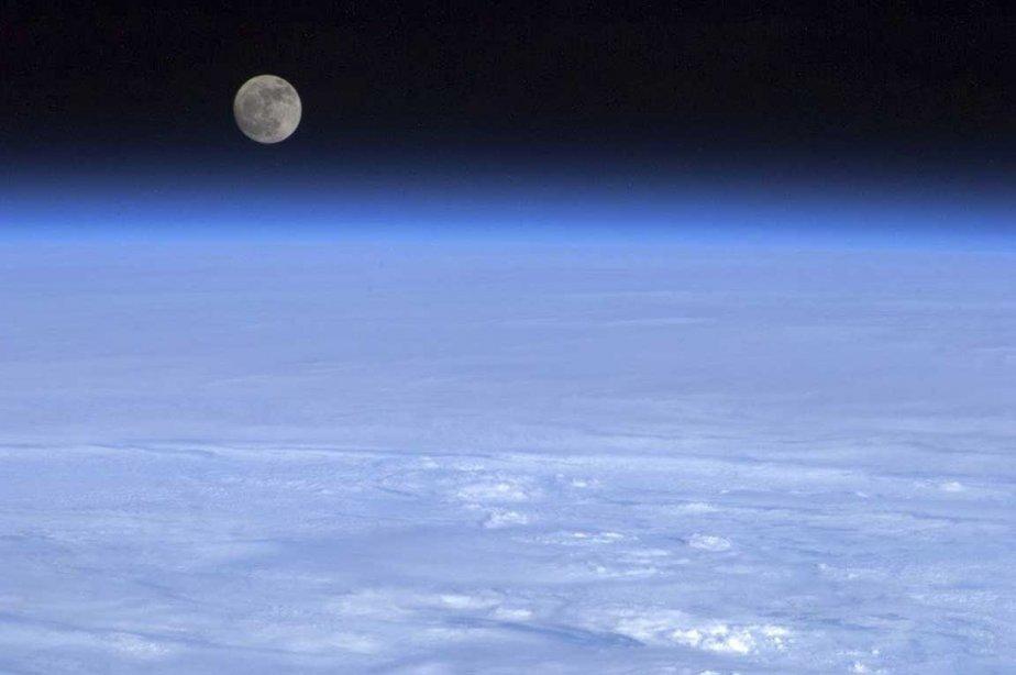 La lune se lève au dessus de l'horizon terrestre, vue... | 2013-04-08 00:00:00.000