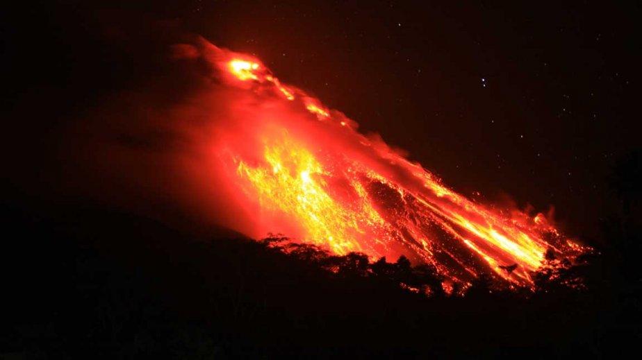 Éruption du volcan Karangetang  en Indonésie | 8 avril 2013