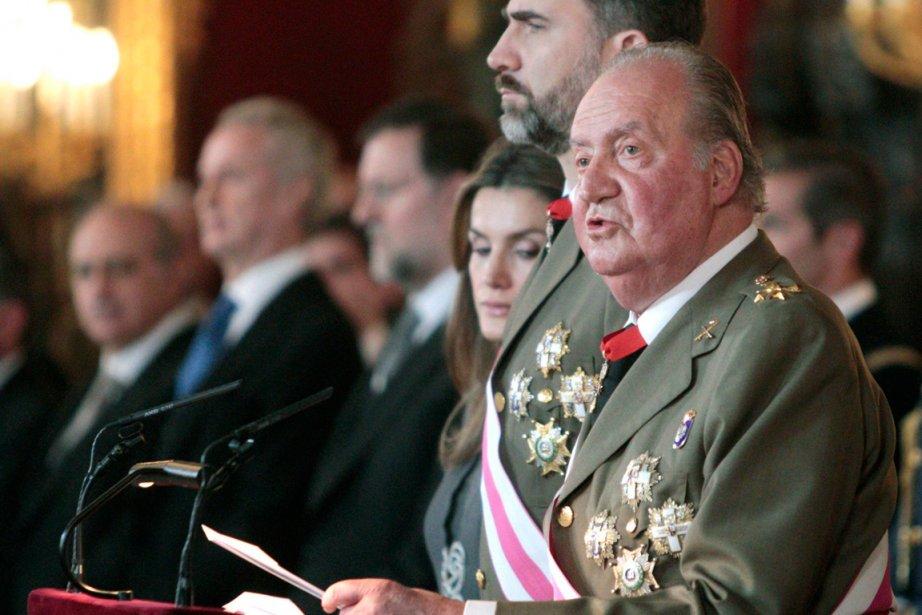 Juan Carlos Ier d'Espagne est monté sur le... (PHOTO ALBERTO MARTIN, REUTERS)