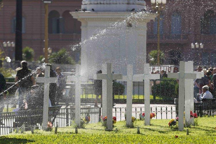 Des victimes de la guerredes Malouines sont enterrées... (Photo: Reuters)