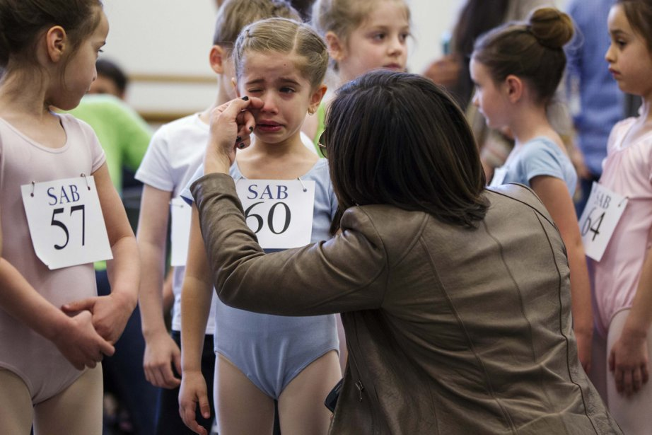 La maman de la petite Kyra Neamonitakis lui essuie une larme avant son audition. | 9 avril 2013