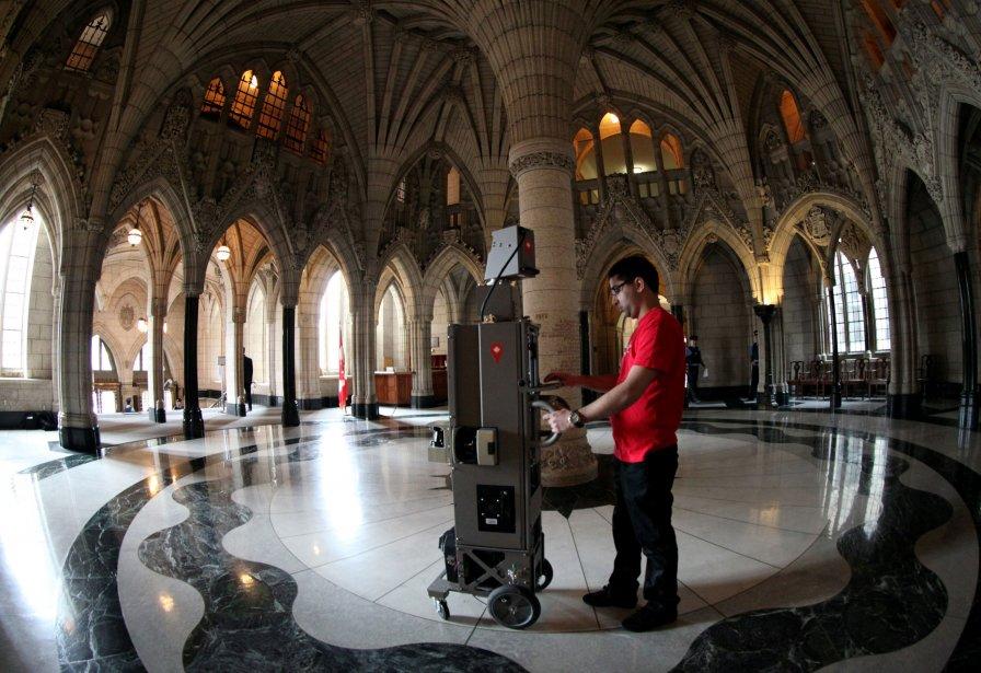 L'appareil de Google Street View se promène dans les coulisses du parlement. | 9 avril 2013