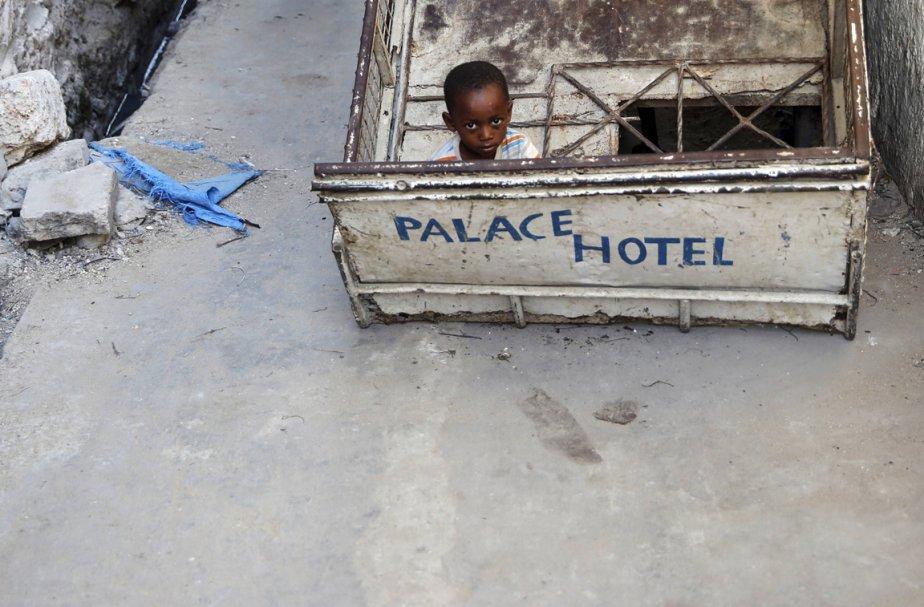 Un petit garçon observe le photographe | 10 avril 2013