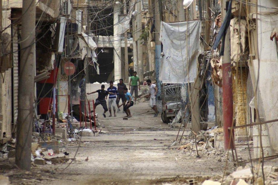 Des membres de l'Armée syrienne libre jouent au... (Photo Khalil Ashawi, REUTERS)