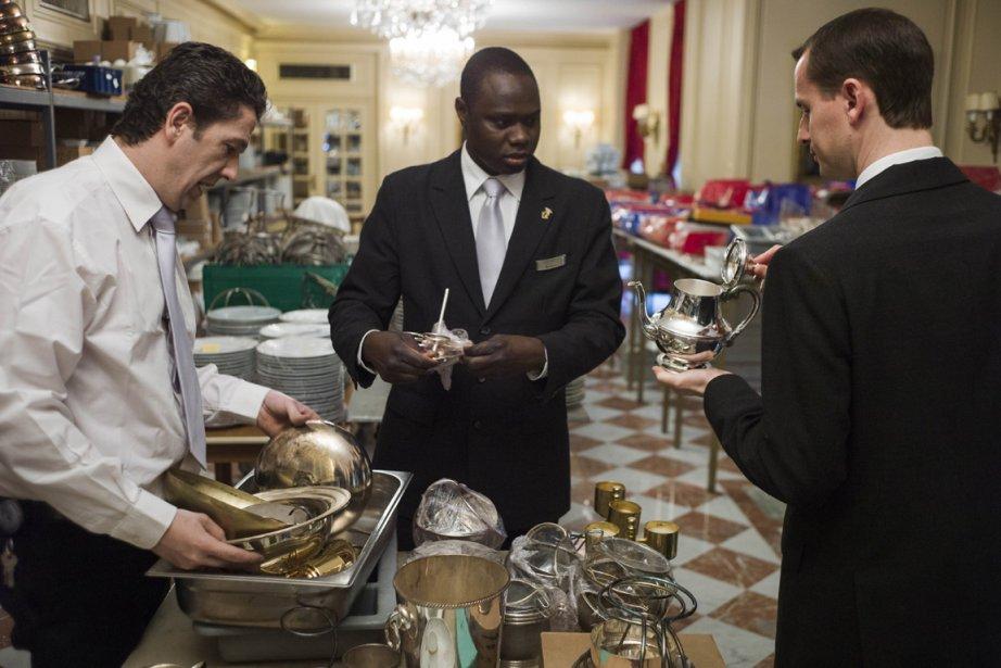 Des maîtres d'hôtel trient de la vaisselle pour... (Photo Fred Dufour, AFP)