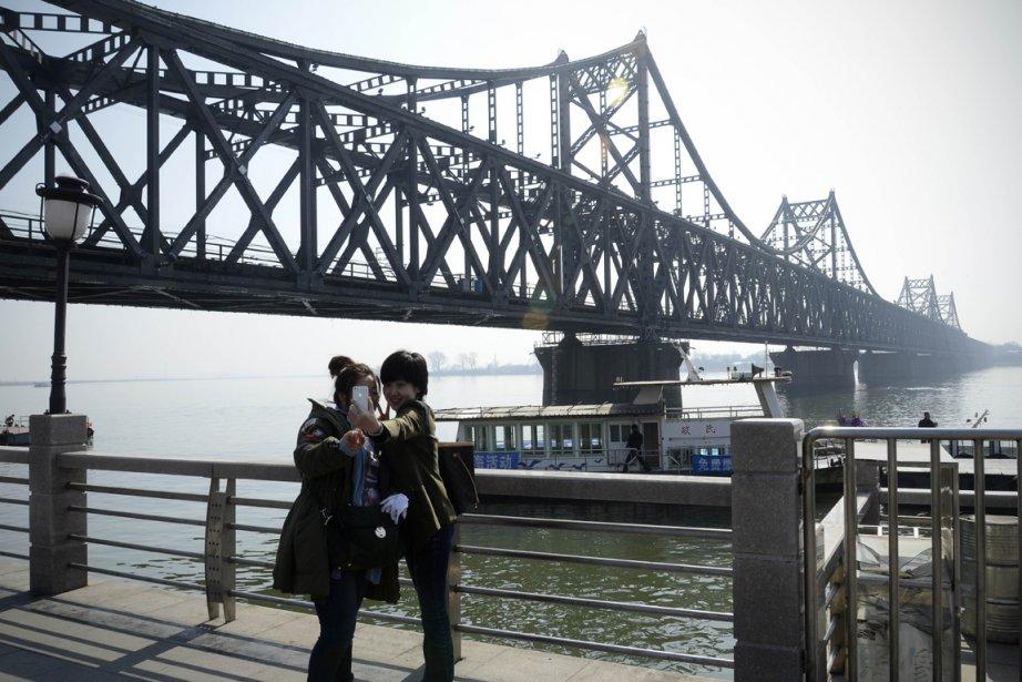Deux touristes chinoises se prennent en photo avec... (Photo Wang Zhao, AFP)