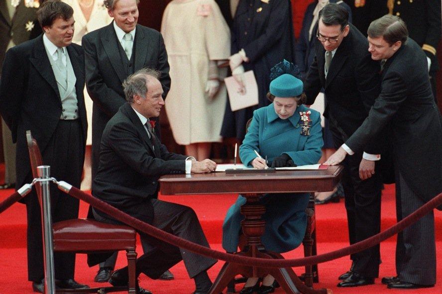 La reine Elizabeth II et le premier ministre... (Photo La Presse Canadienne, archives)
