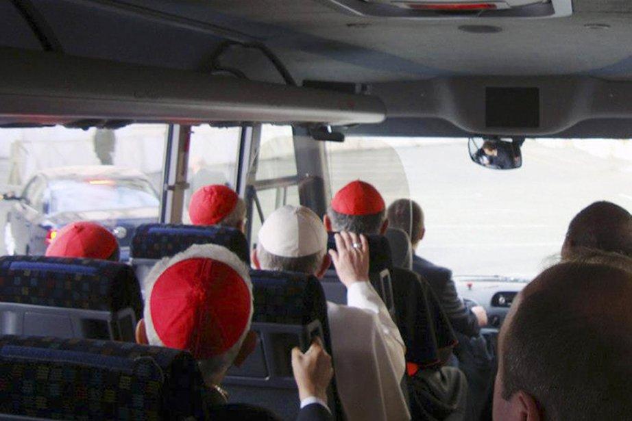 Le lendemain de son élection, le pape François... (PHOTO ANTONIO LUIZ CATELAN, AP)