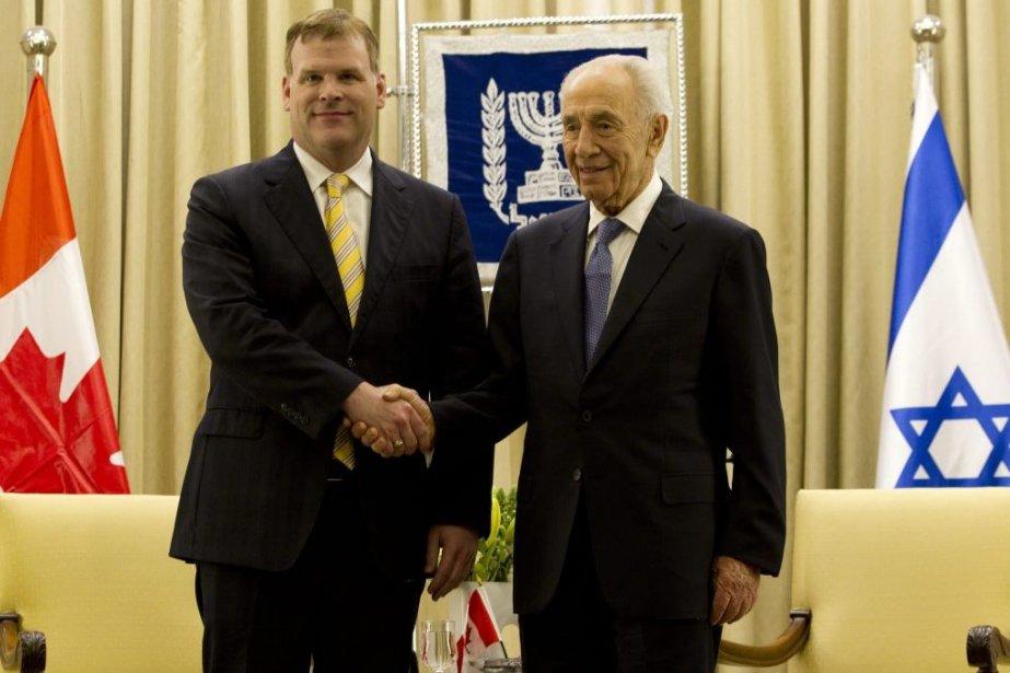 John Baird et le président israélien Shimon Peres.... (Photo AFP)