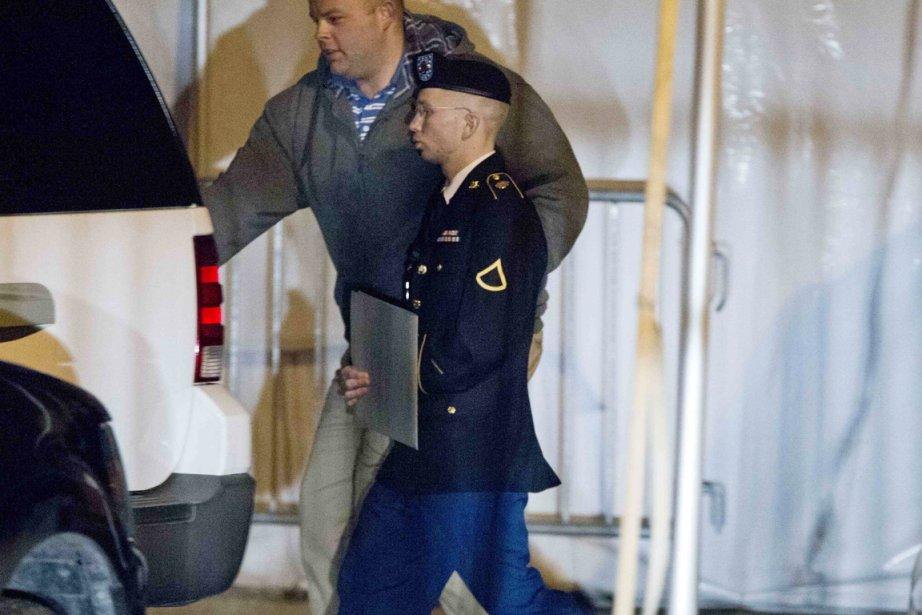 Le sodlat Bradley Manning quitte le tribunal militaire... (PHOTO JOSE LUIS MAGANA, REUTERS)