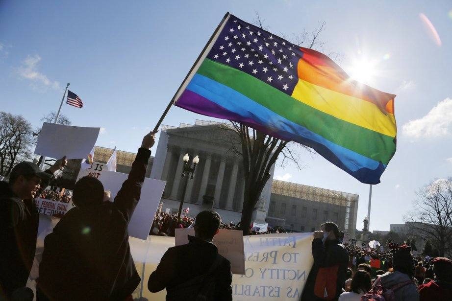 Des partisans du mariage gai manifestent devant la... (PHOTO JONATHAN ERNST, REUTERS)