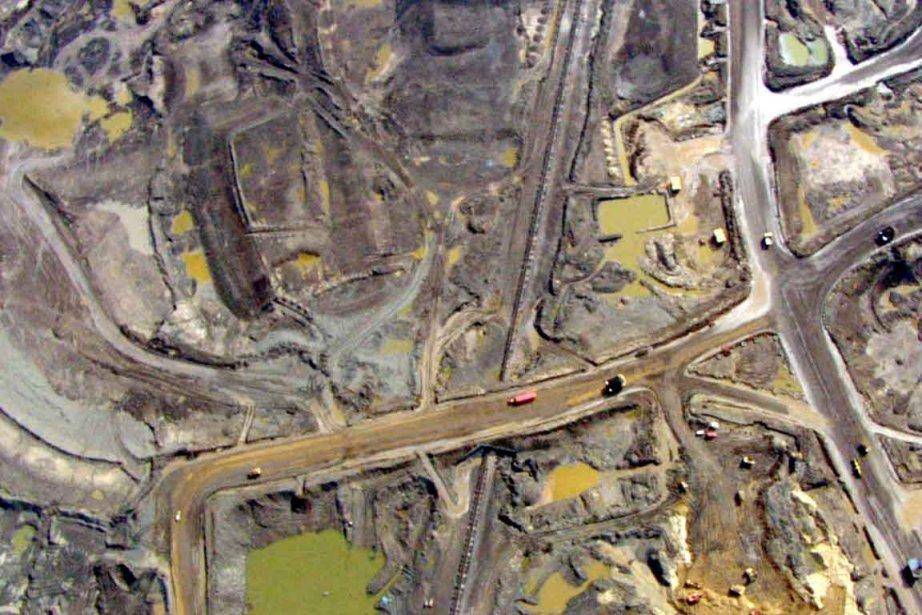 Une photo aérienne des sables bitumineux albertains.... (Photo d'archives)