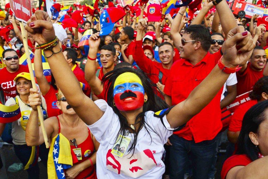 Des partisans du président par intérim et favori... (PHOTO LUIS ACOSTA, AFP)