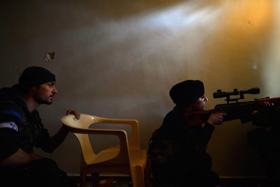 Une résistante syrienne au combat dans le quartier Sheikh Maqsud dans le nord d'Alep | 12 avril 2013