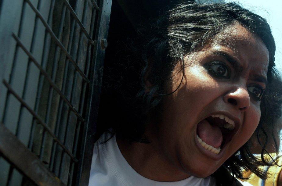 Une étudiante de Kolkata crie son mécontentement à bord d'un véhicule des forces de l'ordre lors d'une manifestation. | 12 avril 2013