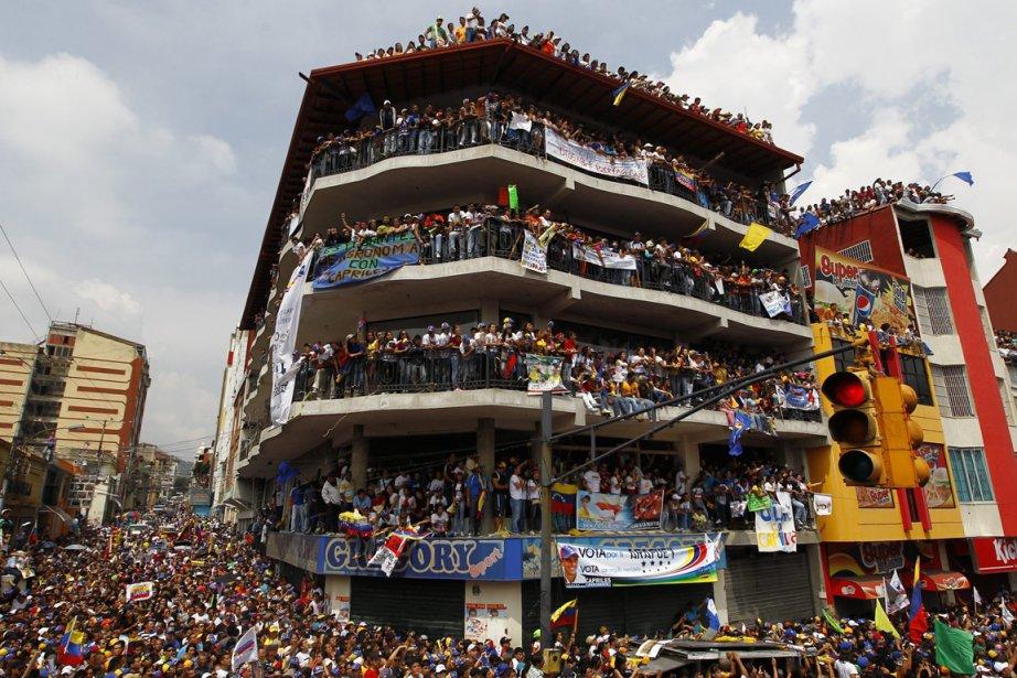 La foule présente dans un lors d'un discours du candidat à la présidence vénézuélienne Henrique Capriles | 12 avril 2013