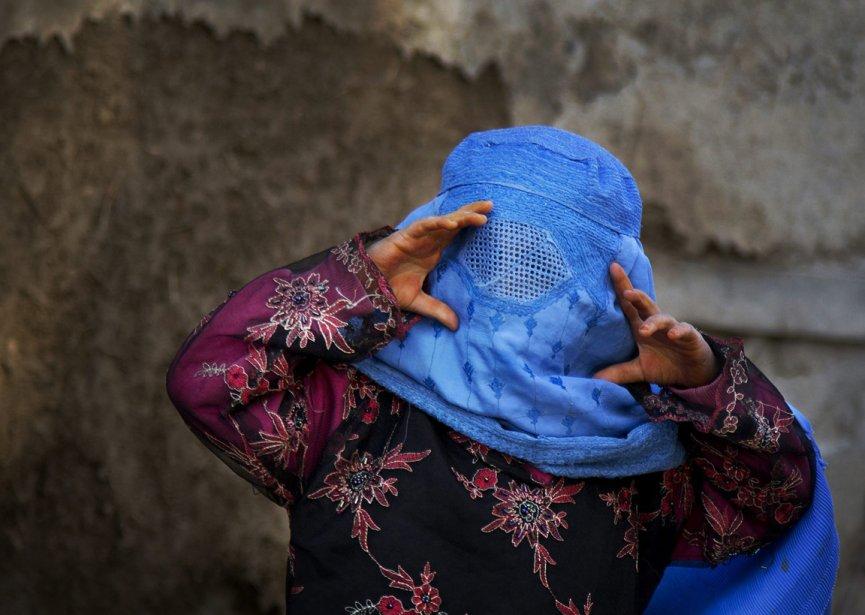 Une fillette afghane imite la photographe à Kaboul. | 12 avril 2013