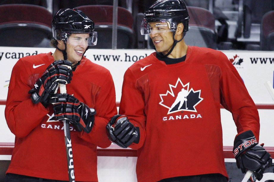Les joueurs de la LNH Sidney Crosby (à... (Photo Jeff McIntosh, archives La Presse Canadienne)