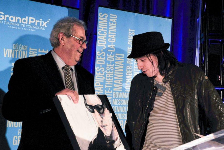 L'ancien président de Tourisme Outaouais, Jean Thiffault , remet le prix Relève touristique au président-fondateur du D-TOX Rockfest, Alex Martel. (Martin Roy, LeDroit)