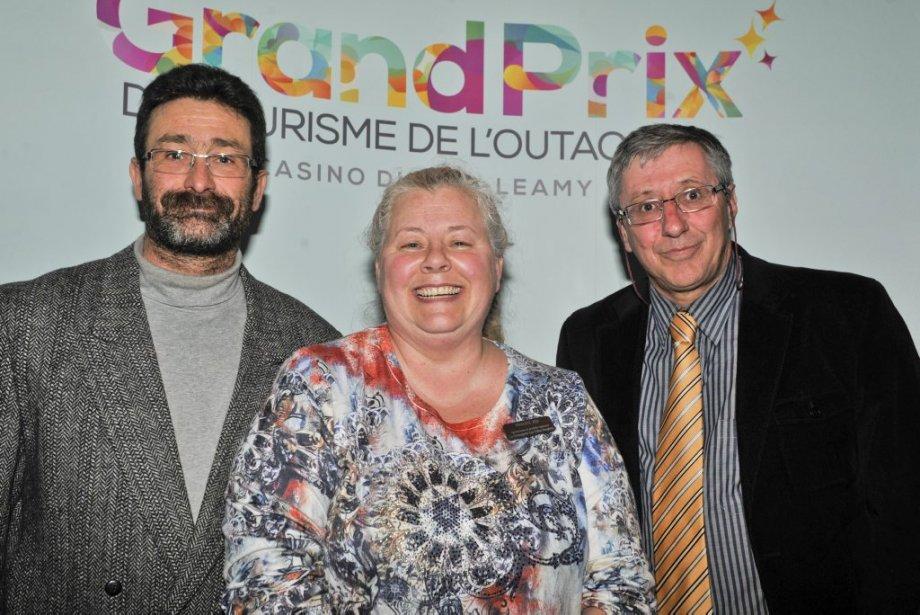 Le rédacteur en chef du journal LeDroit, Jean Gagnon (à droite), en compagnie de Christian Girard et Maggie Paradis de la Fromagerie Les Folies Bergères, récipiendaire du prix Agroalimentaire et produits régionaux. (Martin Roy, LeDroit)
