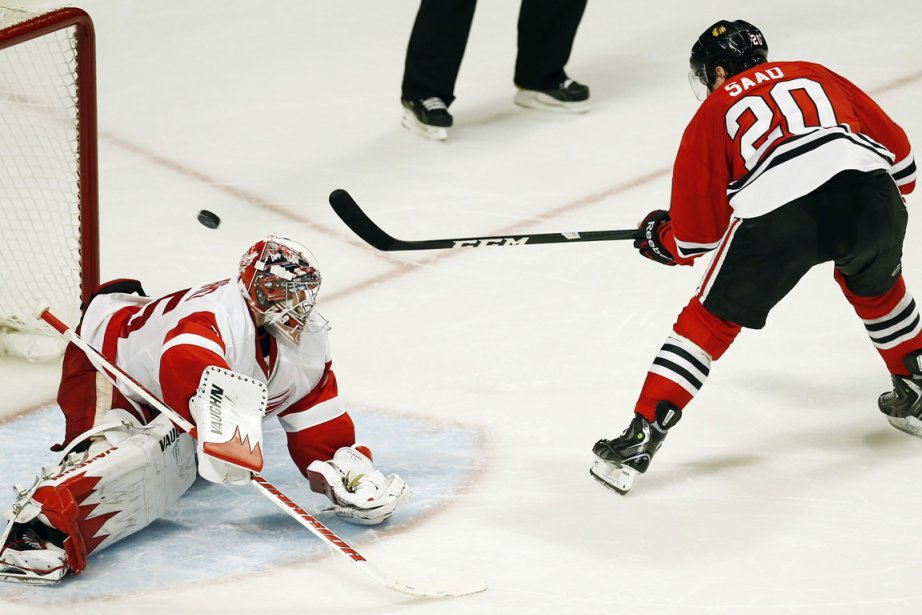 Brandon Saad a déjoué Jimmy Howard d'un tir... (Photo : Jim Young, Reuters)