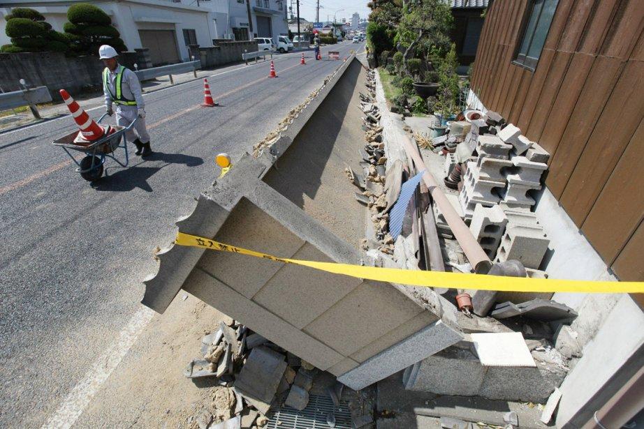 Des toits d'édifices ont été endommagés et des... (Photo : AFP)