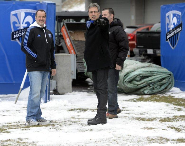 Joey Saputo, Richard Legendre, VP exécutif et Éric Girouard, directeur des opérations, ont mis la main à la pâte pour déneiger le Stade Saputo. | 13 avril 2013