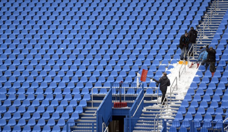 Enlèvement de la neige au Stade Saputo. | 13 avril 2013