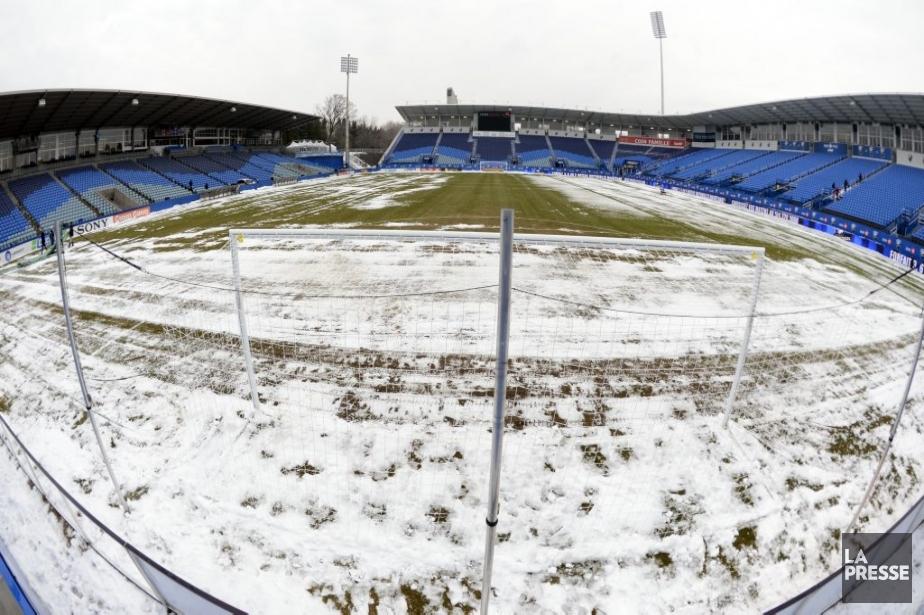 Une couche de neige recouvrait le terrain du Stade Saputo, dimanche. | 13 avril 2013