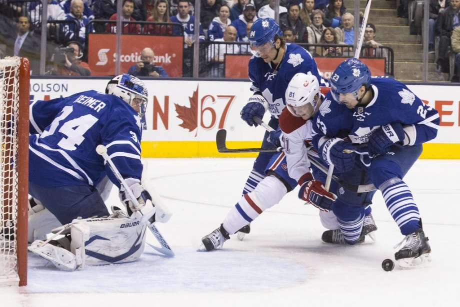Ryan O'Bryne et Mikhail Grabovski plaquent Lars Eller. (Photo Chris Young, La Presse Canadienne)
