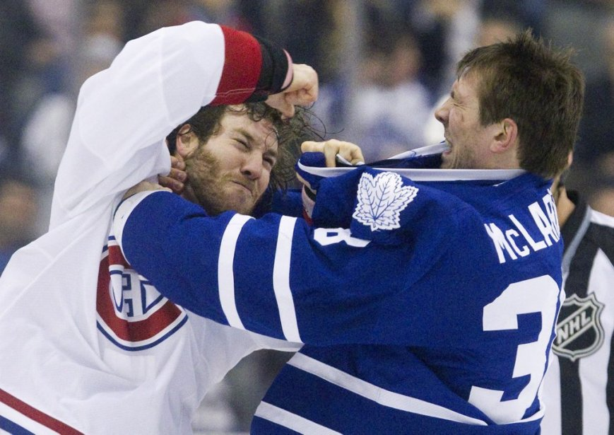 Frazer McLaren se bat contre Brandon Prust (Photo Fred Thornhill, Reuters)