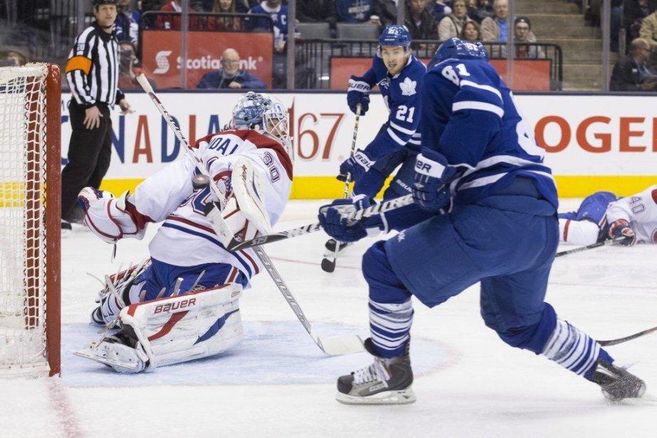 Phil Kessel bat Peter Budaj.... (Photo Chris Young, La Presse Canadienne)