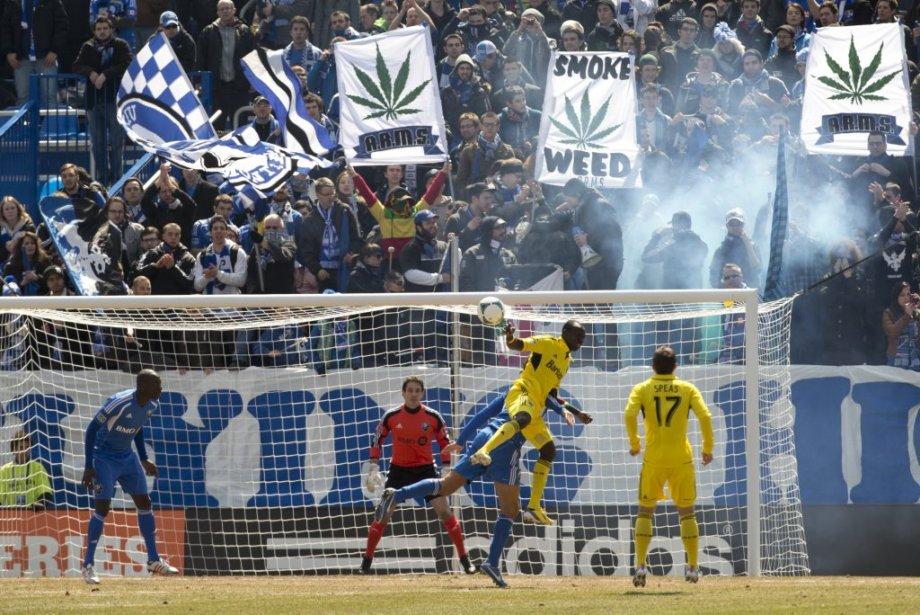 Les Ultras étaient au rendez-vous, derrière les filets. (PHOTO ROBERT SKINNER, LA PRESSE)