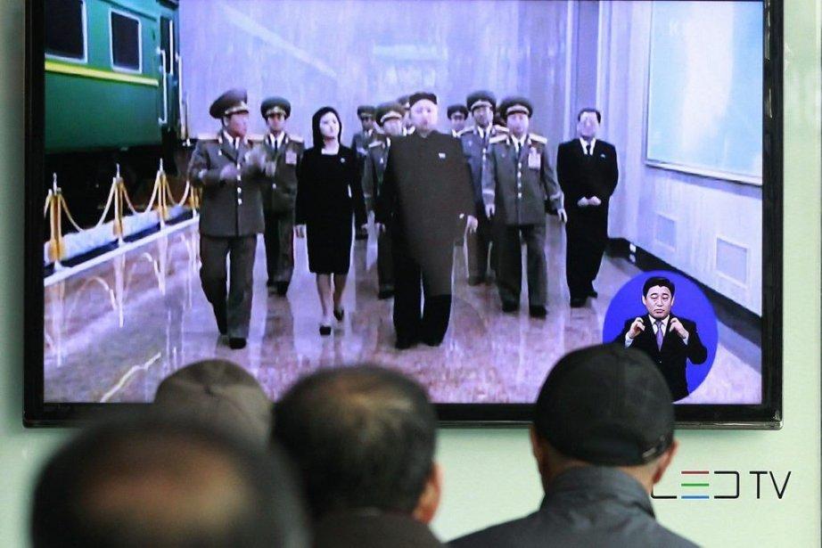 Des travailleurs sud-coréens regardaient lundi des images du... (Photo AFP)