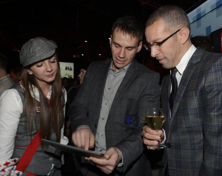Un camelot La Presse + accompagne Jean-Marc de Jonghe, VP produits numériques, La Presse, et Bryan Johns, Directeur mondial des relations avec les développeurs chez Apple. | 17 avril 2013