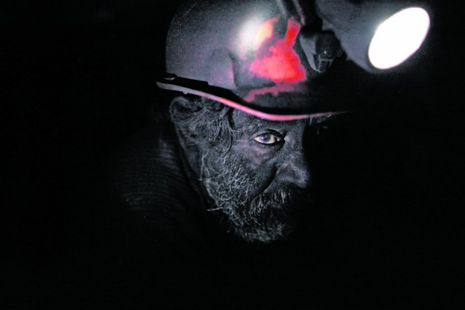 Un mineur travaillant dans la mine de charbon... (PHOTO REUTERS)