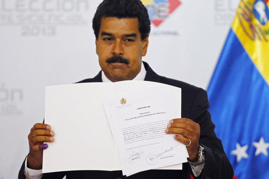 Nicolas Maduro exhibe le certificat qu'il a reçu,... (PHOTO CARLOS GARCIA, ARCHIVES REUTERS)