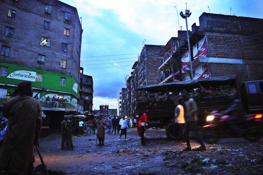 Des hommes armés ont attaqué un hôtel et tué dix... (PHOTO Tony KARUMBA, AFP)