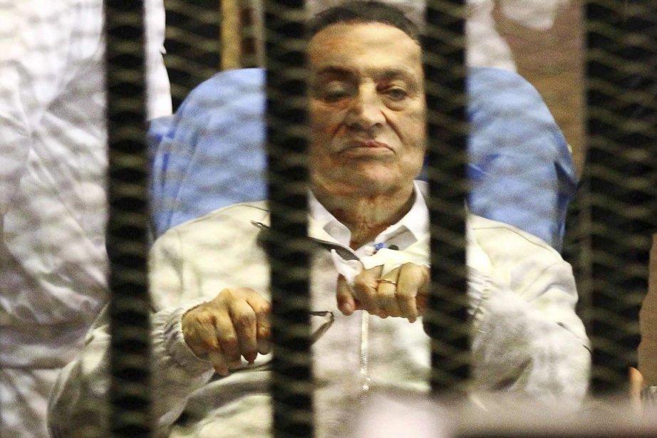 L'ancien président Hosni Moubarak, toujours derrière les barreaux.... (PHOTO ARCHIVES REUTERS)