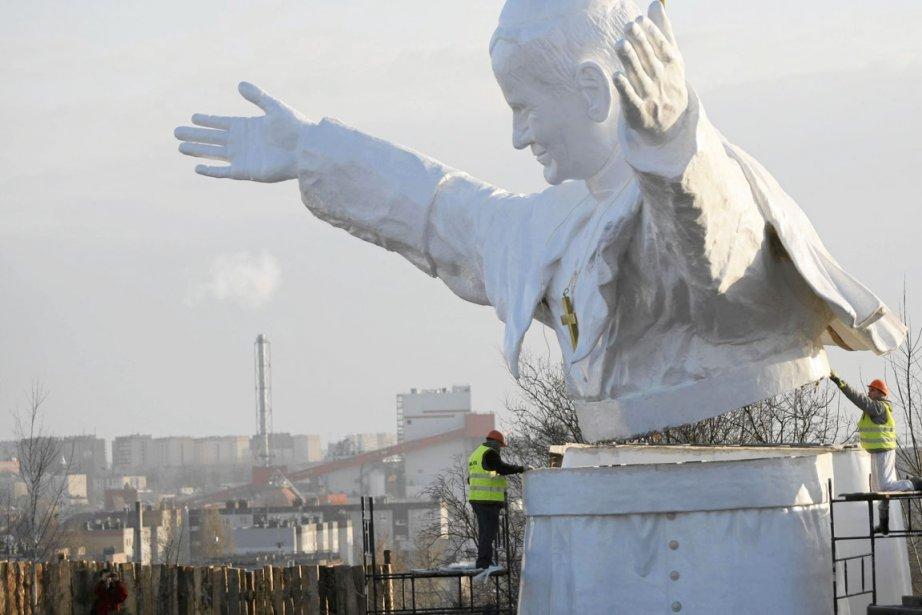 Deux travailleurs assemblent un monument géant à l'effigie... (PHOTO GRZEGORZ SKOWRONEK, REUTERS/AGENCJA GAZETTA)