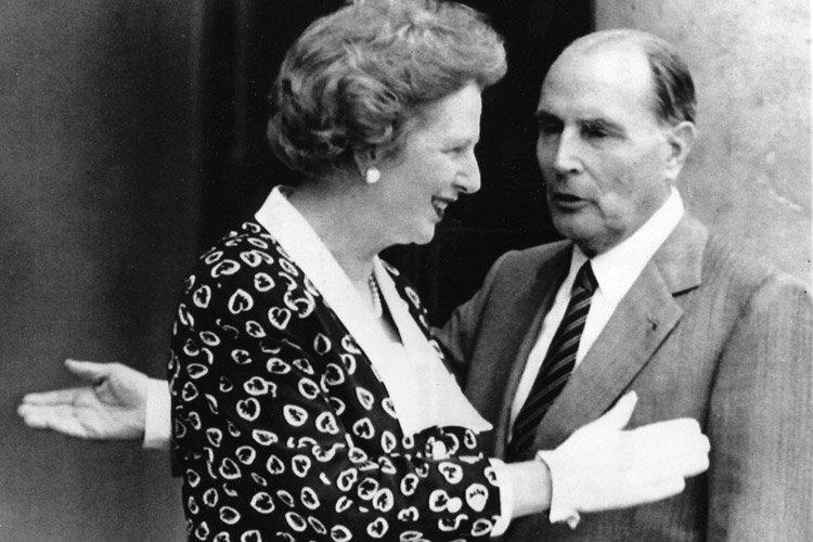 Margaret Thatcher et le président français François Mitterrand... (Archives AP)
