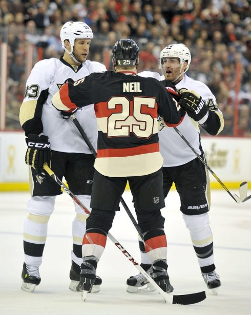 Chris Neil se défend contre Steve MacIntyre et Brooks Orpik (Patrick Woodbury, LeDroit)